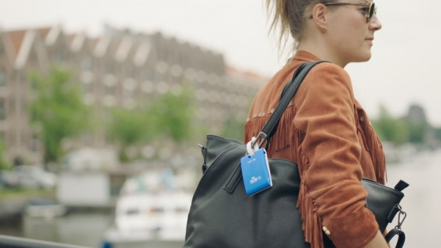 KLM, Tan Grande y Jugando, care tag
